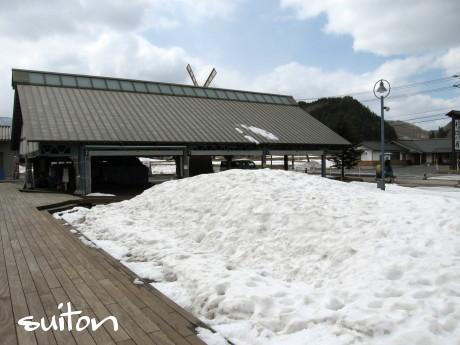 大屋根の雪も…