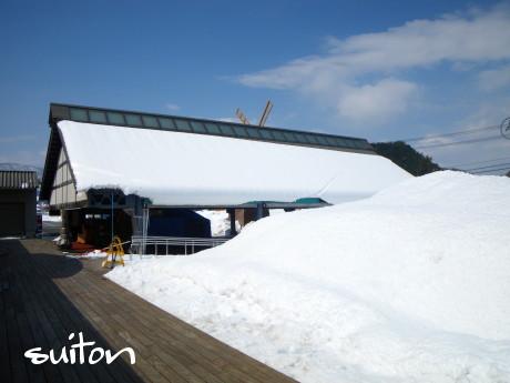 屋根も雪がどさっと積もり…