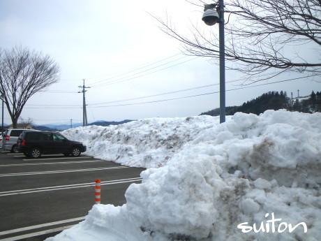 風の家駐車場の雪の壁!